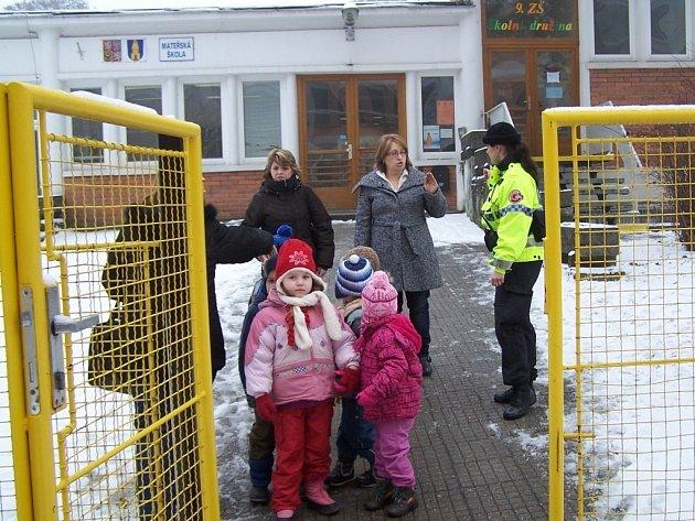 Evakuace dětí ze školky v ulici Osvoboditelů.