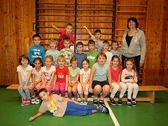 Třída 1.A Základní školy Vizovice s třídní učitelkou Lenkou Hrachovou.