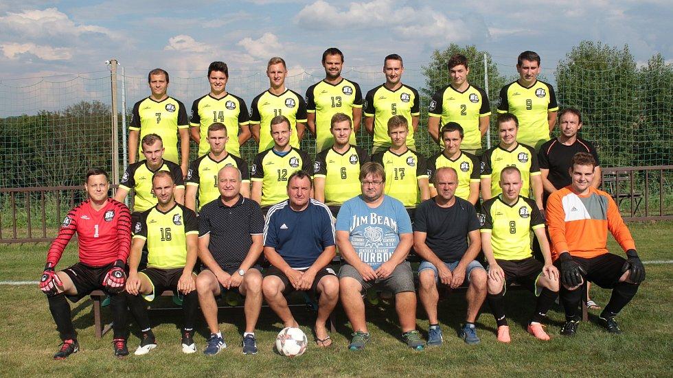 Fotbalisté Lhoty (ve žlutých dresech) v úvodním zápase okresního přeboru Zlínska vyřídili Jasennou 4:0