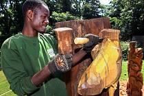Nigerijský řezbář na Lešné