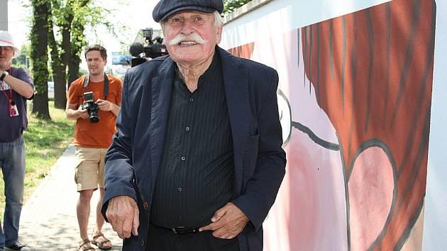 55. Mezinárodní festival filmů pro děti a mládež - Adolf Born podepisuje zeď v továrním areálu ve Zlíně.