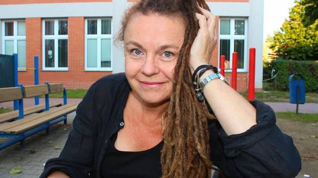 Učitelka Ivana Řezníčková z otrokovické Základní školy Mánesova má dredy sahající až po zadek. Školáci se jí prý občas ptají, co to obnáší a jaké to je mít je.