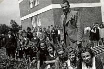 SLUŠOVICE, ŠKOLA. Žáci Základní školy Slušovice v době po II. světové válce. Historie budovy školy se datuje od roku 1933. Významná změna proběhla v letech 1985–86.