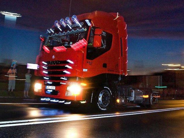 Noční spanilá jízda kamionů Zlínem