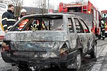 Uhořelé auto u zastávky na Náměstí práce
