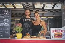 Foodtruckeři Anna Maderová a Michael Mlýnek připravují pro zákazníky barevné burgery.