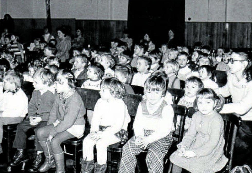 Základní škola Jasenná, 1983. Děti při příležitosti výchovného koncertu v tamní sokolovně v roce 1983.