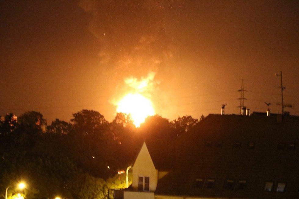 V areálu Toma v Otrokovicích hoří budova