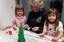 Děti na dílnách tvořily stromečky. Ale také drobné dárky pod stromeček