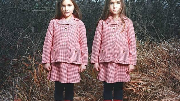 Fotografie dvojčat z cyklu Two od fotografky Terezy Vlčkové