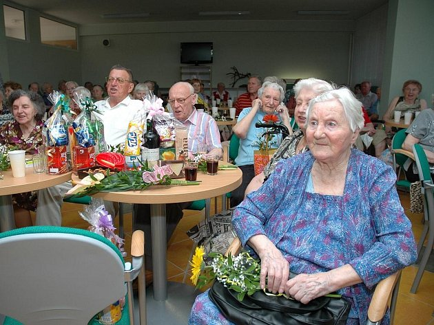 V Domově pro seniory v Lukově slavilo ve středu šestnáct penzistů, kteří se během uplynulého půlroku dožili významného jubilea. K poslechu i tanci jim zahrála Vítovecká jednička.