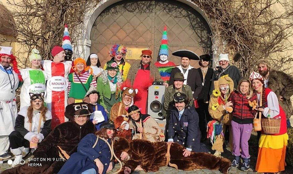 Tlumačovstí dobrovolníci, kteří po více než 20 letech obnovili tradici Masopustu.
