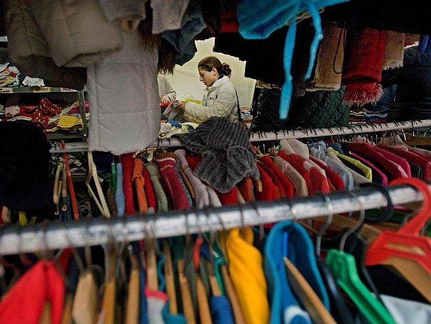 Lidé bez domova nebo v nouzi mohou využít ve zlíně každé úterý a čtvrtek charitní šatník, kde si vyberou oblečení, které potřebují. Letošní silné mrazy lidi motivovaly ke štědrosti a v šatníku tak v současnosti nic nechybí.