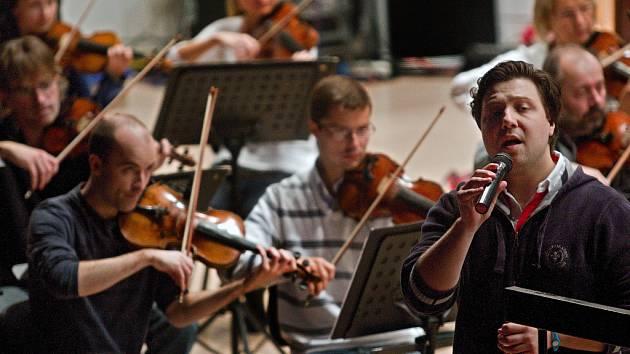 Zlínští filharmonici zahrají na nádvoří zámku díla světových mistrů klasické hudby.