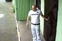 Poznáte zloděje na snímcích z bezpečnostní kamery?