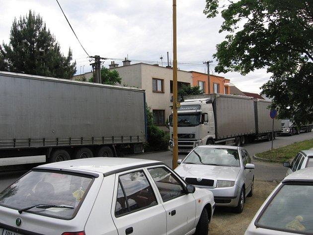 Hustý provoz kamionů v Nerudově ulici v Otrokovicích