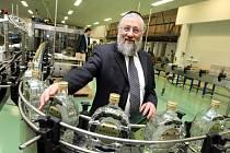 Rabbi Avraham Schwarz v likérce R. Jelínek ve Vizovicích.
