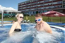 Koupání v bazénu v lázních Kostelec ve Zlíně.