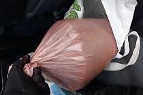 Téměř 10 kilo velmi nebezpečné látky v podobě červeného fosforu zajistili zaměstnanci Celního úřadu pro Zlínský kraj na začátku února v katastru osady Sidonie.