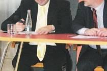 Mluvčí Zlínského kraje Patrik Kamas (vlevo) se po osudovém fotbalovém utkání Česká republika – Turecko poprvé posadil na židli. Léčebné rady mu předává hejtman Zlínského kraje Libor Lukáš