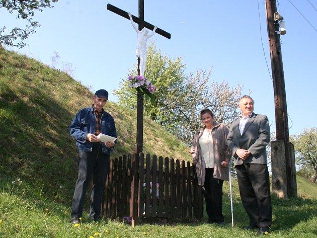 U KŘÍŽE. Dva tehdejší cestující Milan Mituník a Jiřina Jelínková se sešli blízko místa srážky. U kříže s nimi vzpomínal i jeden z pomocníků Alois Hnaníček (vpravo).