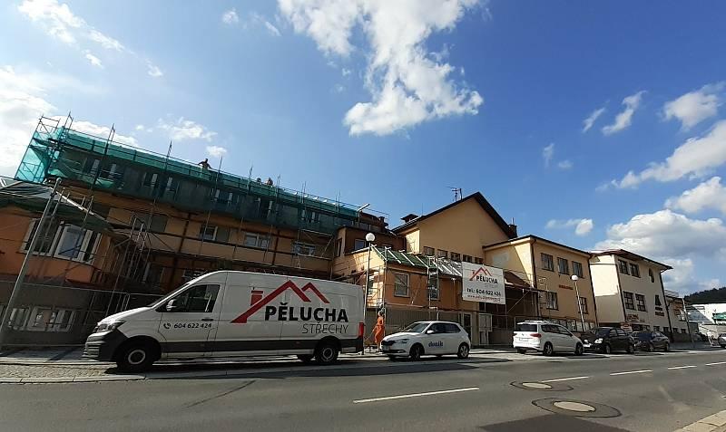 Práce na obnově poškozené střechy internátu Střední odborné školy Luhačovice pokračují.Hotovo má být do konce prázdnin.