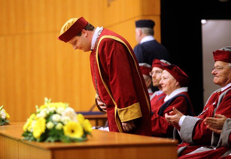 Slavnostní inaugurace rektora Univerzity Tomáše Bati ve Zlíně Vladimíra Sedlaříka. Ve svém prvním proslovu profesor Sedlařík představil, kam se pod jeho vedením bude univerzita v následujících čtyřech letech ubírat.