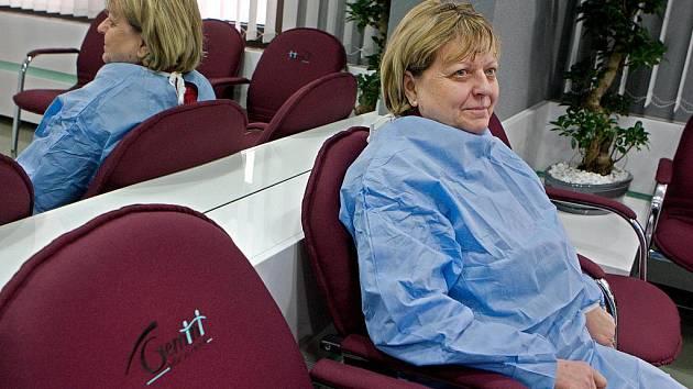 Primář zlínské oční kliniky Gemini Pavel Stodůlka představil v úterý 7. února nejnovější laserový přístroj určený pro operace šedého zákalu. První pacientkou v Evropě, která podstoupila zákrok na tomto přístroji byla Marie Horáková.