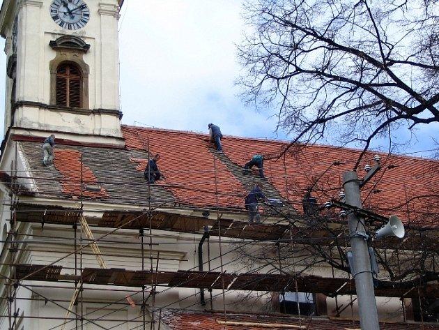 Kostel v Ořechově se po čtyřiceti letech dočkal opravy střechy