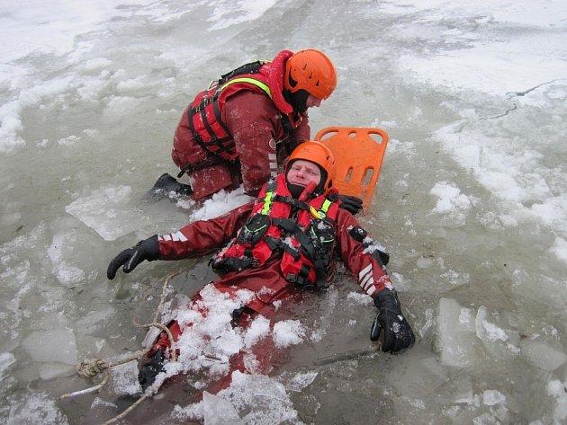 Hasiči zkoušeli záchranu na ledu