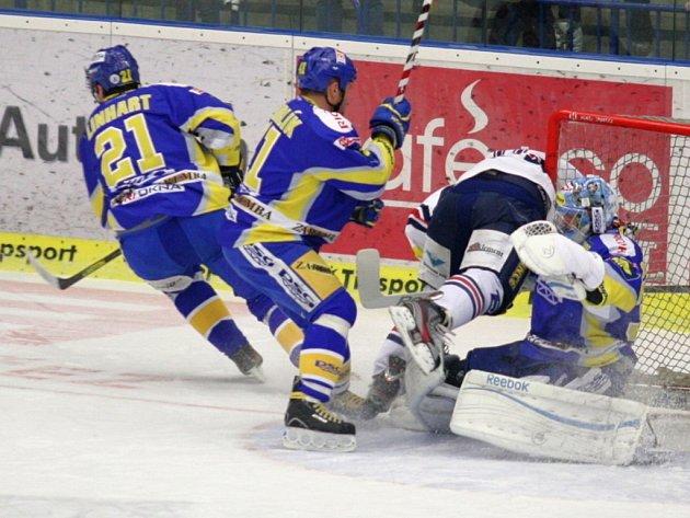 Extraligoví hokejisté Zlína (v modrém) proti Chomutovu.