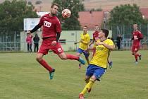Fotbalisté Slavičína (v červených dresech)