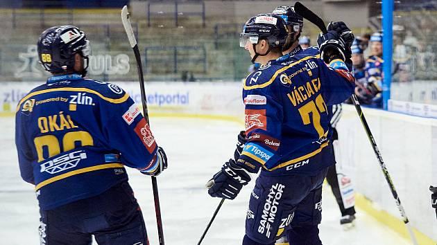 Jan Václavek (uprostřed) v uplynulém extraligovém ročníku odehrál ve Zlíně odehrál 24 zápasů. O sezonu dříve však na hostování zažil velké trápení.