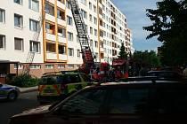 Hustý dým na balkóně v šestém patře panelového domu ve Zlíně Jižních Svazích, vyděsil obyvatele sídliště.