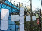 Dobrovolníci zachraňují tajemnou ruinu v lesích