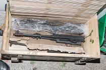 V okolí vrbětických skladů kradli zbraně. Policie je již dopadla
