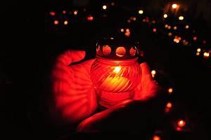 Svíčky za zesnulé.