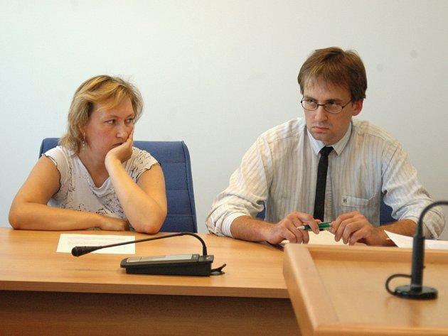 Manželé Červenkovi před soudem.