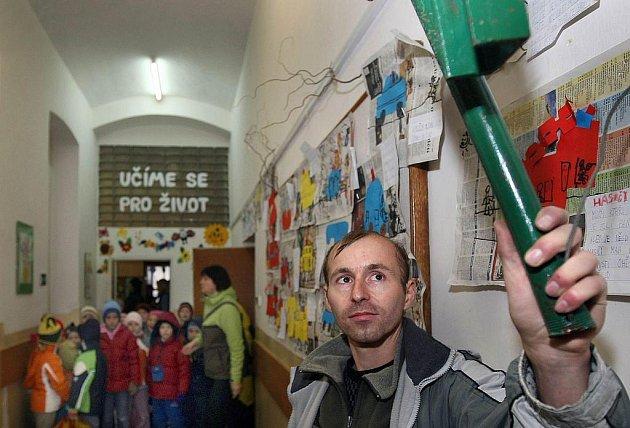 Hasiči a policisté cvičili ve Vizovicích evakuaci základní školy.