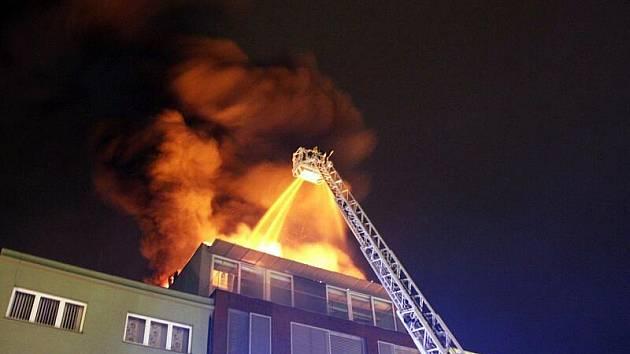 Rozsáhlý požár nadstavby komerční budovy na zlínském náměstí Míru způsobil v neděli 13. února večer vypuštěný balonek štěstí.