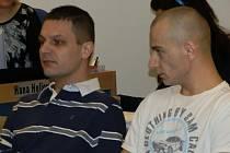 Roman Šváb (vlevo), Patrik Bednář a Jiří Janek (vpravo) z Chvalčova na Kroměřížsku. Tato trojice mužů, která včera stanula u zlínského krajského soudu, má mít na svědomí jedny z největších krádeží aut ve Zlínském kraji.