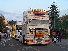 Spanilá jízda trucků večerním Zlínem