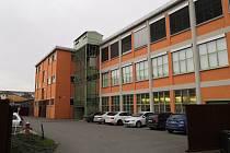 Několikaletou rekonstrukci 74. budovy baťovského továrního areálu završila v těchto dnech zlínská Kovárna VIVA. Už dříve proběhla výměna oken, byla opravena střecha, a nyní vše ukončila renovace fasády.