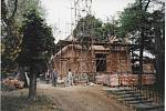 90. LÉTA. Dělníci při práci na přístavbě kaple.