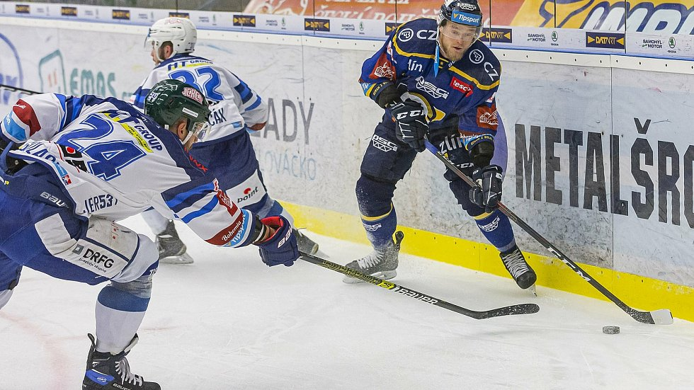 Extraligoví hokejisté Zlína (v modrém) v dohrávce 7. kola extraligy v úterý vyzvali  Kometu Brno. Na snímku Dufek.