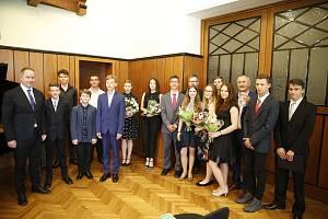 Čtrnáct žáků středních škol a druhého stupně základních škol ocenili představitelé Zlínského kraje za mimořádné úspěchy v mimoškolní činnosti, zejména za skvělé výsledky v celostátních či mezinárodních soutěžích, ale také za mimořádné činy, kdy šlo o zách