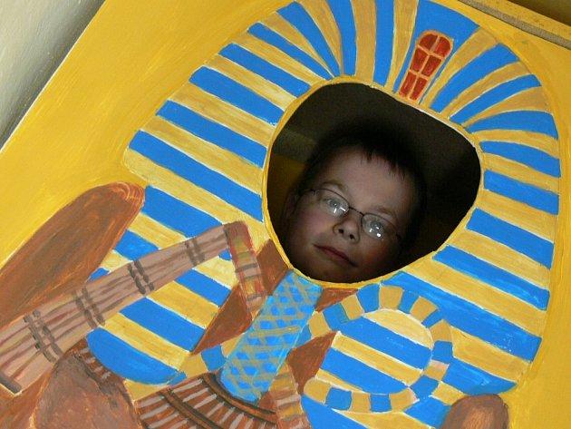 STARÉ ZVYKY. Školáci si vyzkoušeli, jaké to je být mumií. Pracovníci muzea jim přichystali obvazy a obinadla provoněné cedrovým dřevem. Právě tak totiž své zemřelé mumifikovali Egypťané.