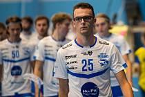 Mladý otrokovický florbalista Petr Koláčný hraje ve speciálních sportovních brýlích a pendluje mezi obranou a útokem.