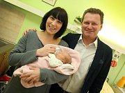 První miminko narozené v roce 2016 ve Zlíně Olivie Marušáková v porodnici v Krajské nemocnici T. Baťi ve Zlíně.  Na snímku s primátorem Miroslavem Adámkem a maminkou Terezou Románkovou.