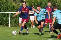 Fotbalisté Štípy (tmavě modré dresy) v 7. kole okresního přeboru Zlínska zvítězili na hřišti Pozlovic 7:0.